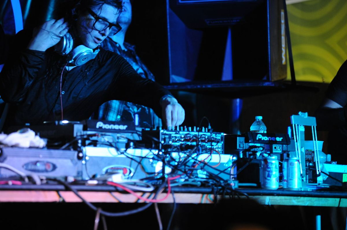 Skrillex – Dirty Vibe (DJ Snake & AzaarRemix)